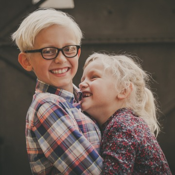 Lachende Kinder Geschwister